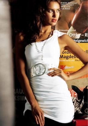 934bb2f93 Tenhle top z kolekce OTTO připomíná spíše než tričko sexy šatičky z  přehlídkových mol zářivé Paříže! V aktuální a zároveň věčné bílé a s lehkým  nařasením na ...