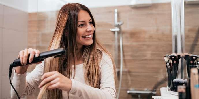 Jak si správně žehlit vlasy  Neděláte při úpravě vlasů tyto chyby ... d66ff45fc1