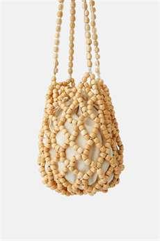 8914aa6223 Nosí se přírodní materiály i kabelky z dřevěných korálků. Zara 999 Kč