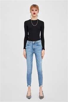 Skinny jeans se navzdory předpovědím stále drží v módě. Zara 699 Kč 96df085c55