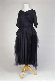 Móda první republiky  Prohlédněte si nádherné plesové róby i šaty ... 00f7480117